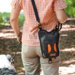 Walkybag an Schulter Rücken im Wald - Kotbeutel entsorgen - Gassitasche für Hundehalter